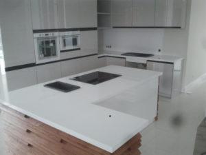 blaty kuchenne z konglomeratu Crystal Polar White