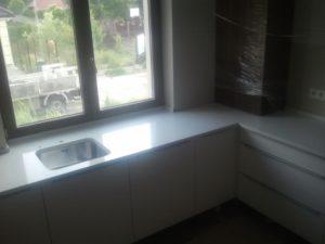blaty kuchenne z konglomeratu Crystal Absolute White